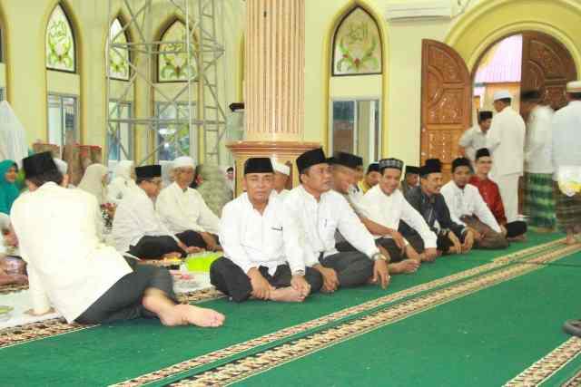 Bupati Pelalawan HM Harris bersama SKPD Pelalawan menunggu buka puasa di Masjid Raya Nurul Islam, Kecamatan Langgam.