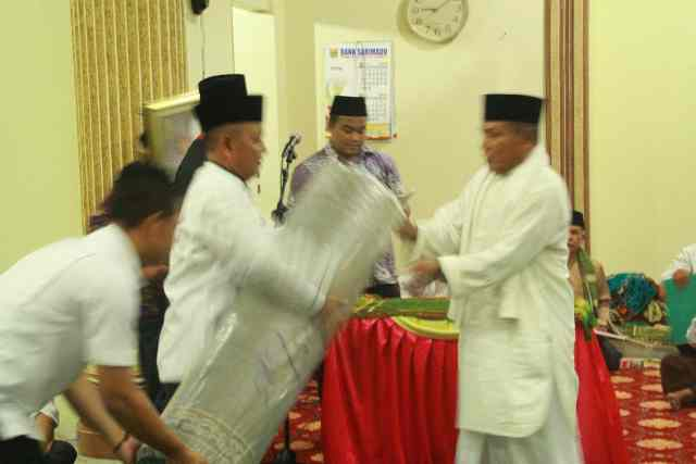 Bupati Pelalawan HM Harris memberikan bantuan yang diperuntukan masjid