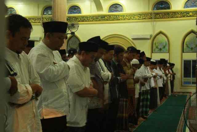 Rombongan tim safari Ramadhan Pemkab Pelalawan bersama jamaah Masjid Raya Nurul Islam mengikuti sholat tarawih